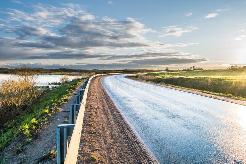 Vägen längs sjön arkivfoto
