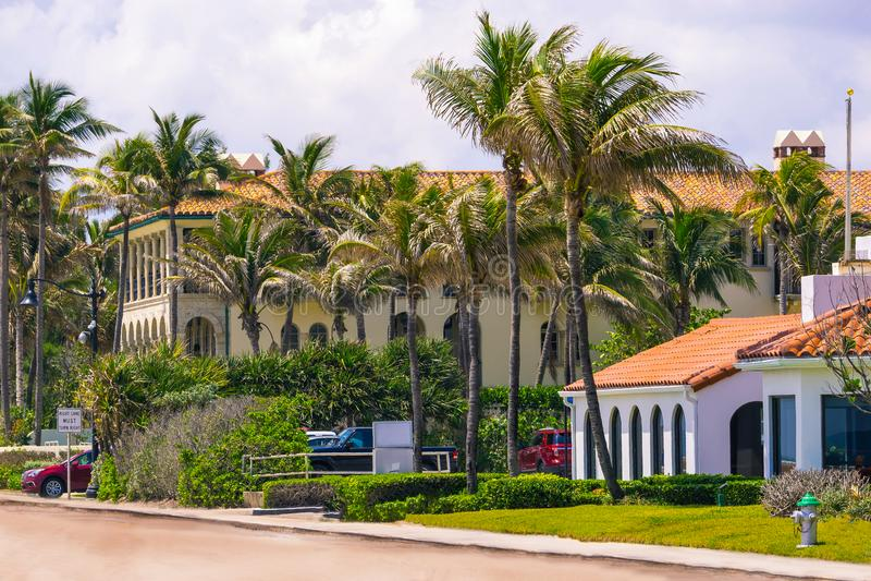 Vägen med bilar på Palm Beach, Florida, Förenta staterna arkivfoto