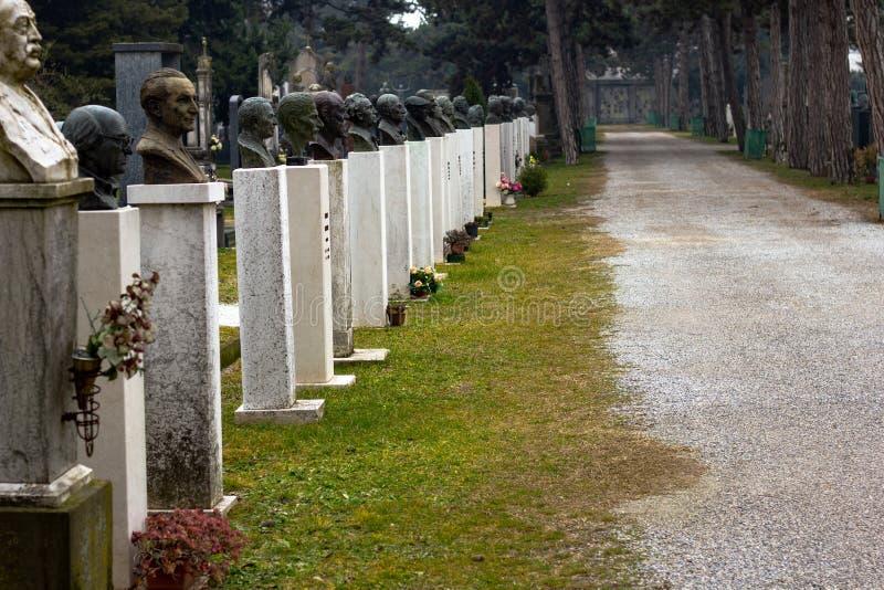 Vägen med byster i kyrkogården av Cremona royaltyfri bild