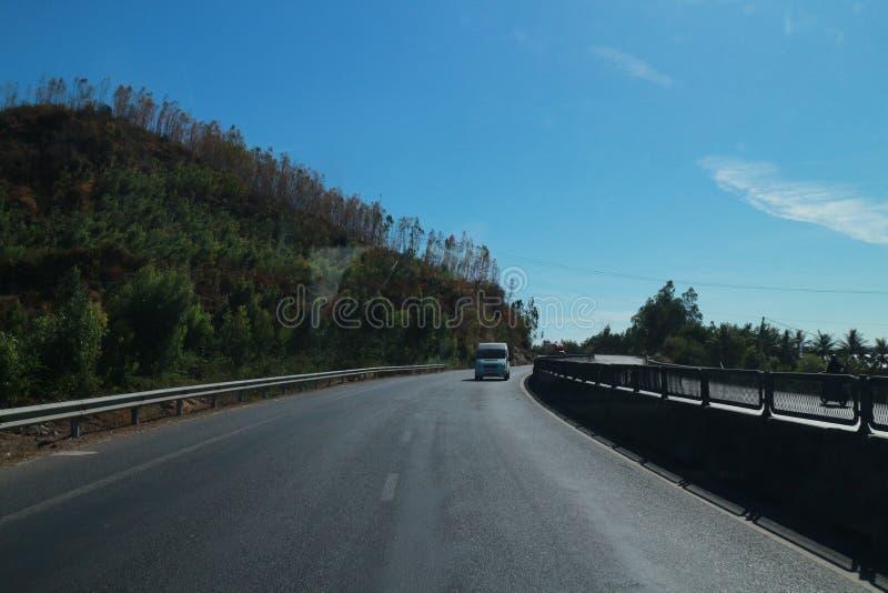 Vägen med härligt träd-, moln-, himmel- och mountaint-Viet Nam lopp royaltyfria foton