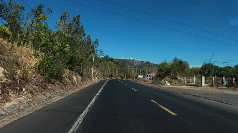 Vägen med härligt träd-, moln-, himmel- och mountaint-Viet Nam lopp arkivbild