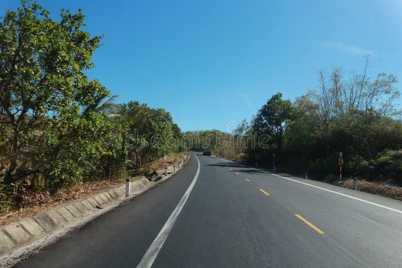 Vägen med härligt träd-, moln-, himmel- och mountaint-Viet Nam lopp arkivfoton