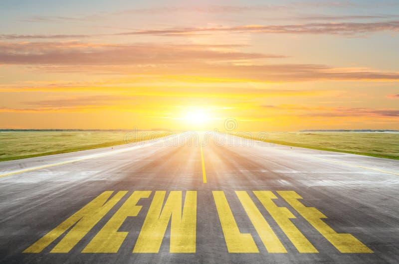 Vägen med inskriften - ett nytt liv Banan till en ljusare framtid, byggande nya mål royaltyfri fotografi