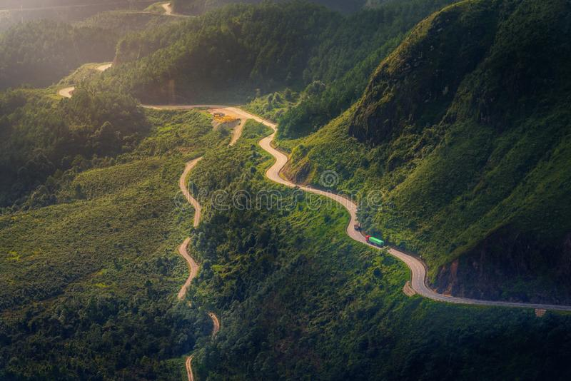 Vägen mellan berg i Sa-PA royaltyfria foton