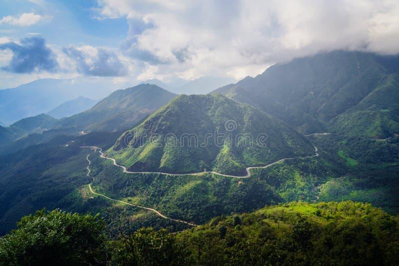 Vägen mellan berg i Sa-PA arkivfoto