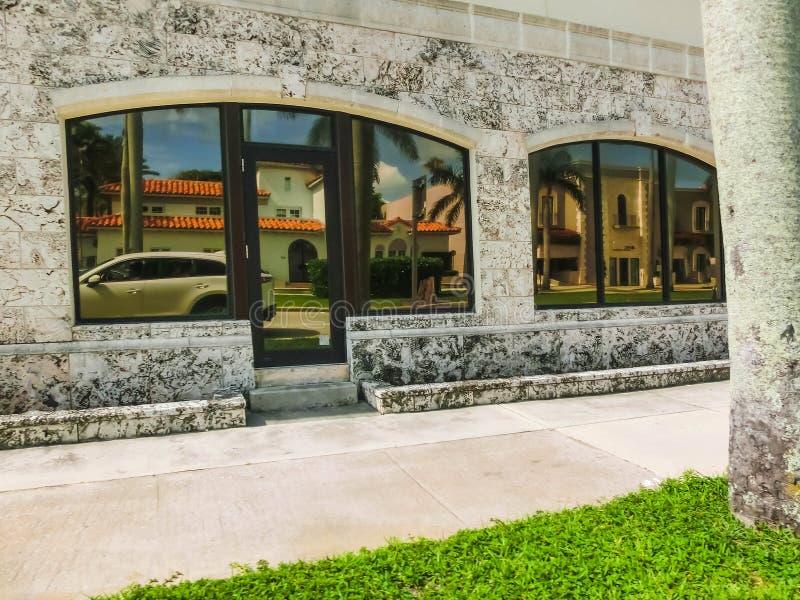 Vägen på gatan på Palm Beach, Florida, Förenta staterna royaltyfri bild
