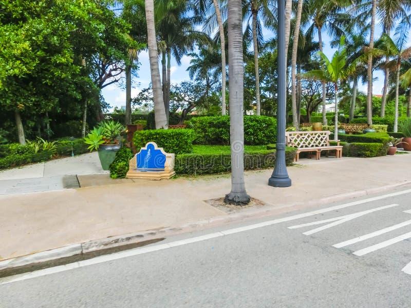 Vägen på gatan på Palm Beach, Florida, Förenta staterna fotografering för bildbyråer