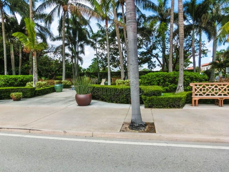 Vägen på gatan på Palm Beach, Florida, Förenta staterna royaltyfria bilder