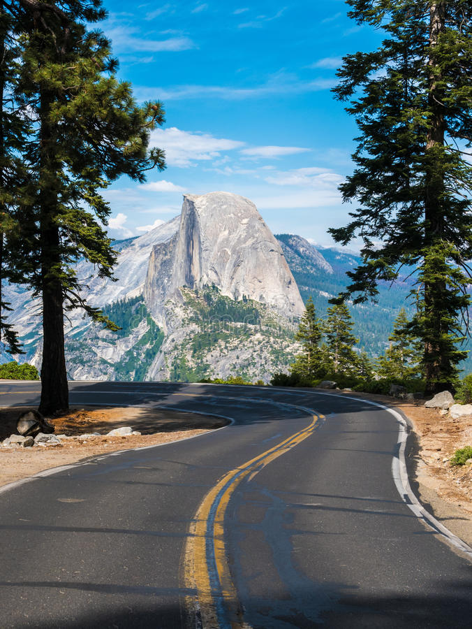 Vägen som leder till glaciärpunkt i den Yosemite nationalparken, Cal fotografering för bildbyråer
