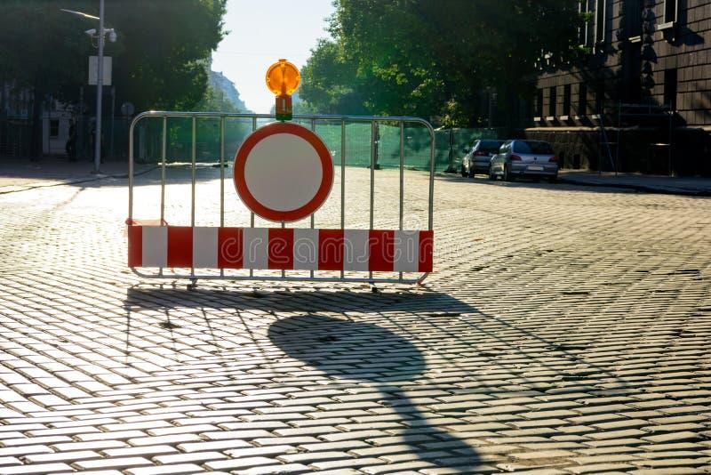 Vägen stängde sig till allt trafiktecken på vägbarriären, den Dondukov boulevarden, Sofia, Bulgarien royaltyfri fotografi