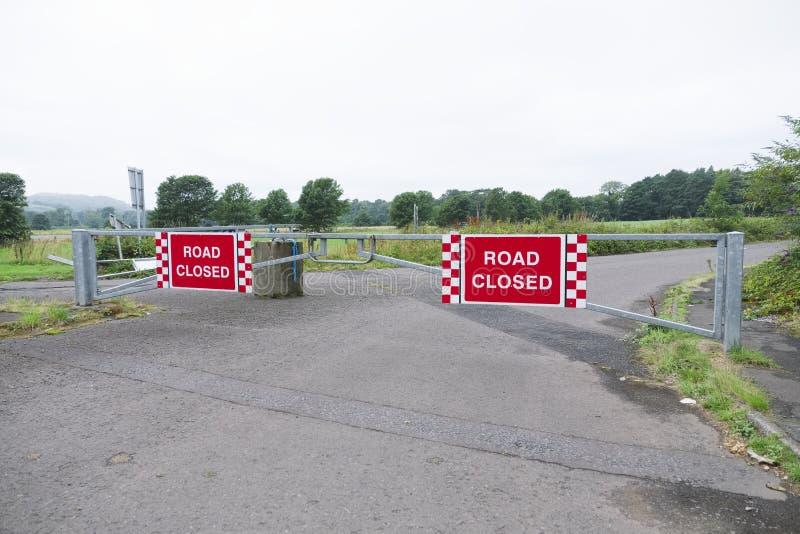 Vägen stängde tecknet på gungaporten på ingången till godset för den privata affären i lantlig bygd fotografering för bildbyråer