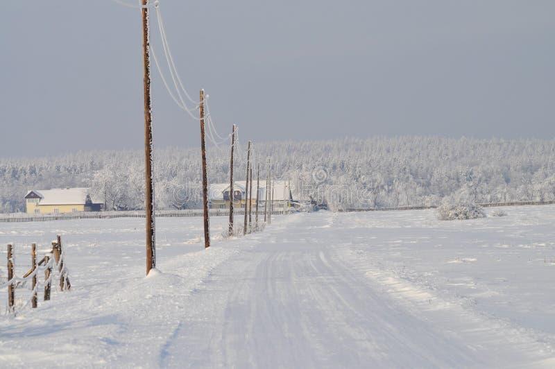 Vägen till byn arkivbild