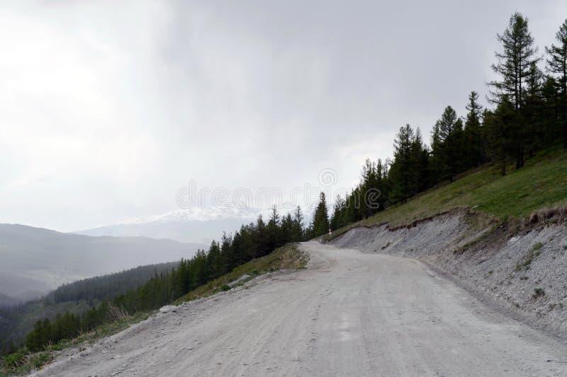 Vägen till katuen-Yaryk passerar på den Ulagan platån för regnet, berget Altai fotografering för bildbyråer