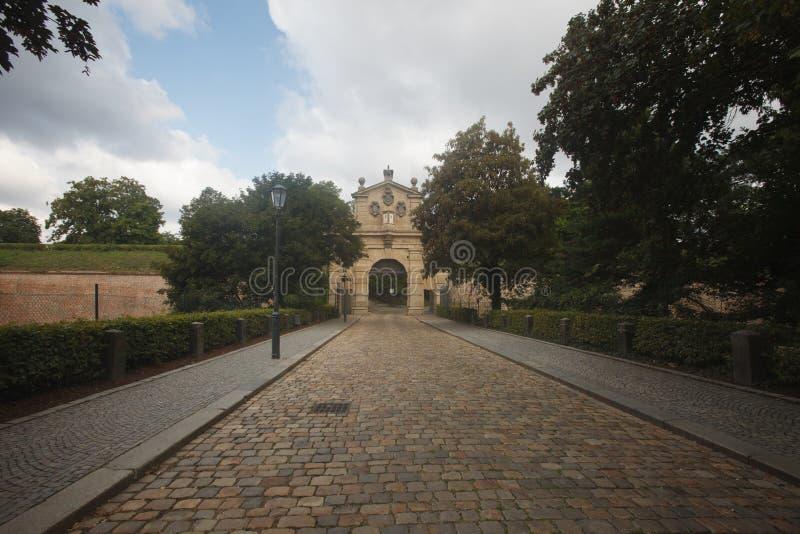 Vägen till Leopold Gate, ingången till fästningen Vyseh arkivfoton