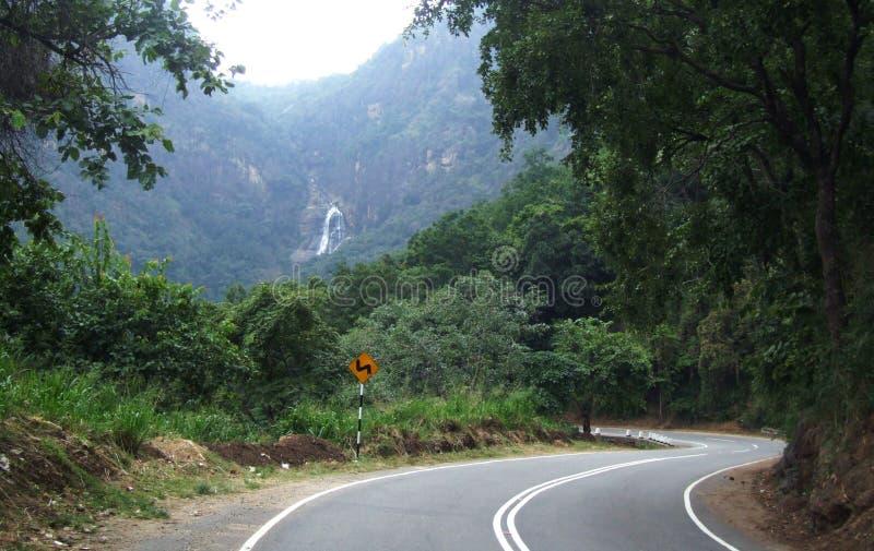 Vägen till och med en djungel till Rawana Ella faller royaltyfri bild