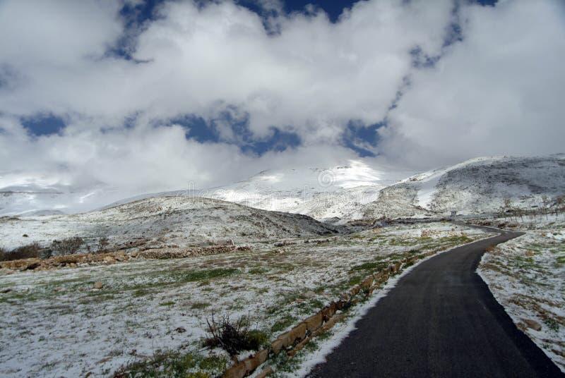 Vägen till Syrien på lutningarna av Qurnat högst maximum som för Sawda - Libanon ` s royaltyfri bild