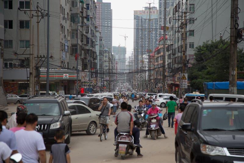 Vägen trängde ihop med bilar och folk, Taiyuan, Kina royaltyfri bild