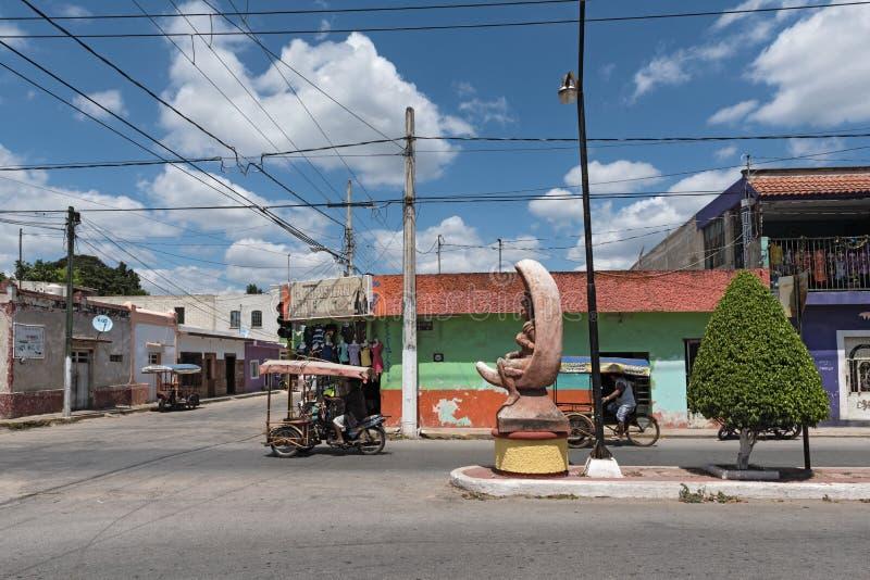 Vägföreningspunkt med två trehjulingar i Ticul yucatan, Mexico royaltyfria bilder
