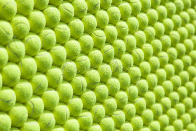 Vägg av arrangera i rak linje tennisbollar - bakgrund fotografering för bildbyråer