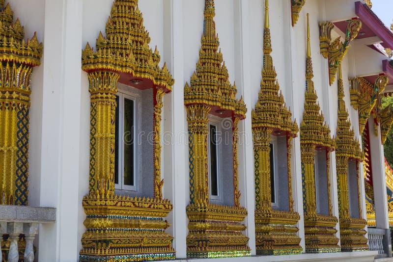 Vägg av den buddistiska templet med rikt dekorerade fönster royaltyfria bilder