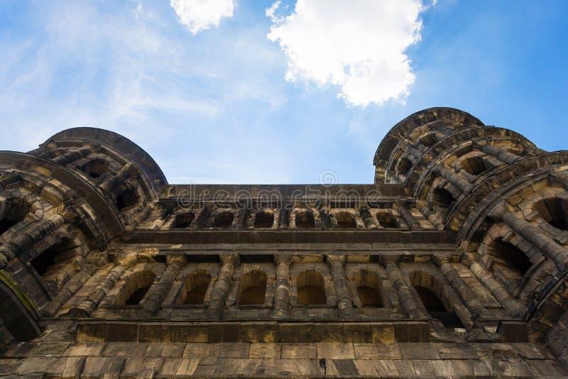 vägg av den forntida roman portPorta nigraen i Trier fotografering för bildbyråer