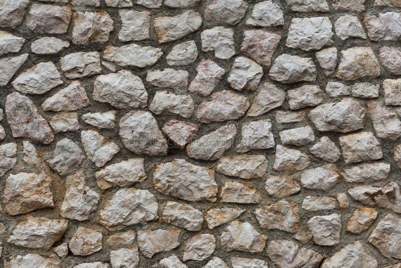 Vägg av den högg ut naturliga stenen arkivfoton