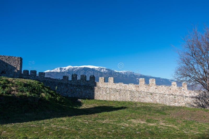 Vägg av den medeltida slotten av Platamonas med det Olympus berget på b arkivbild