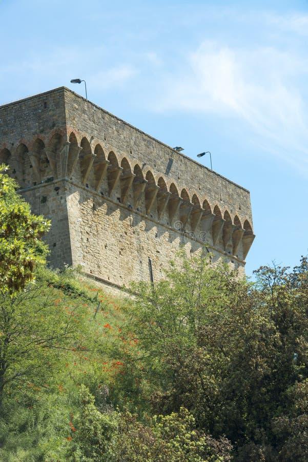 Vägg av den medeltida stadsväggen av Volterra, Tuscany royaltyfria foton