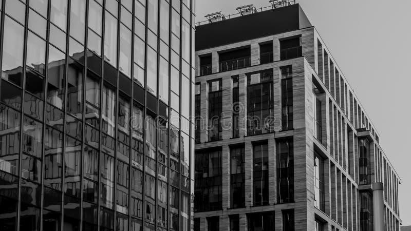 Vägg av en kontorsbyggnad med exponeringsglasfönster arkivfoto