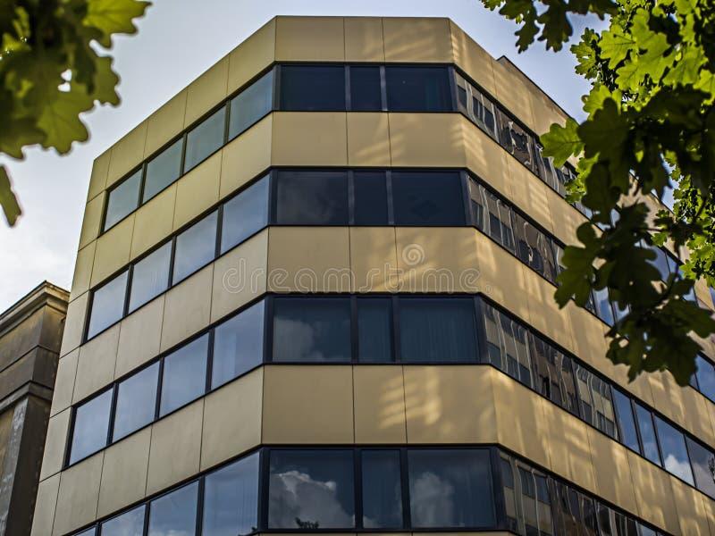 vägg av en modern exponeringsglasbyggnad arkivfoto