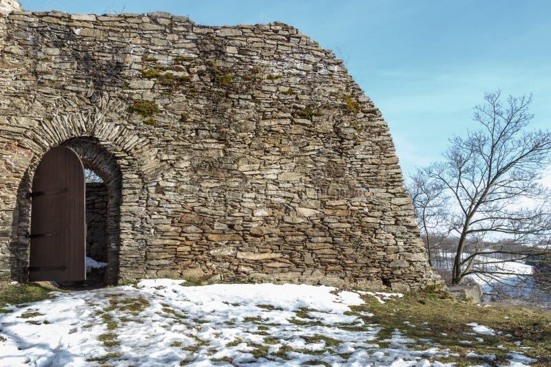 Vägg av en slott under vinter royaltyfria bilder