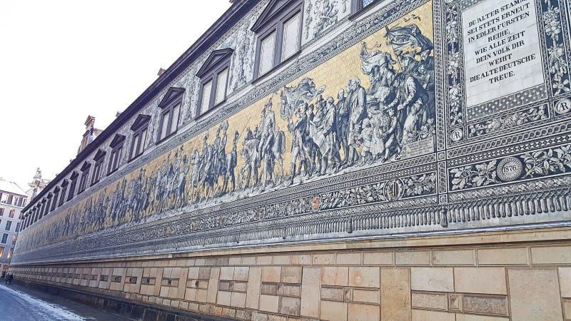 Vägg av gamla konungteckningar av Tyskland i dresden arkivfoto