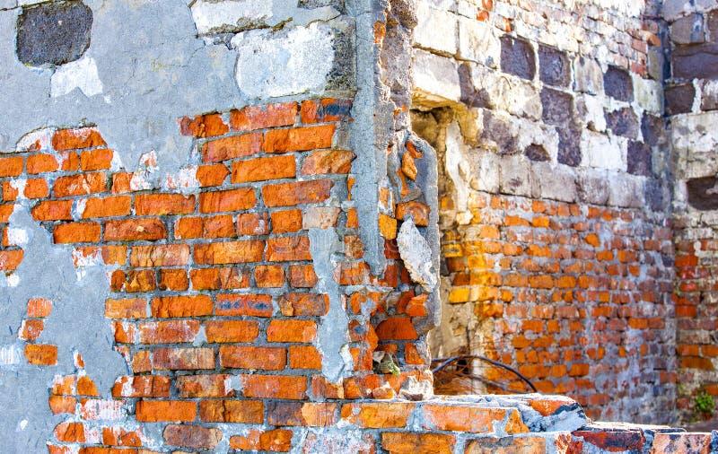 Vägg av huset, vägg för röd tegelsten med ett hål för fönstret royaltyfri foto