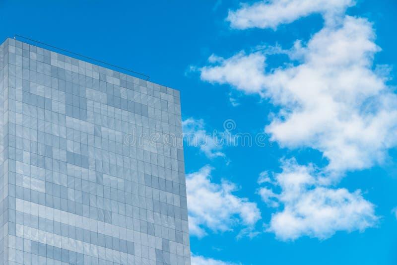 Vägg av modern byggnad på bakgrund av himmel royaltyfria bilder