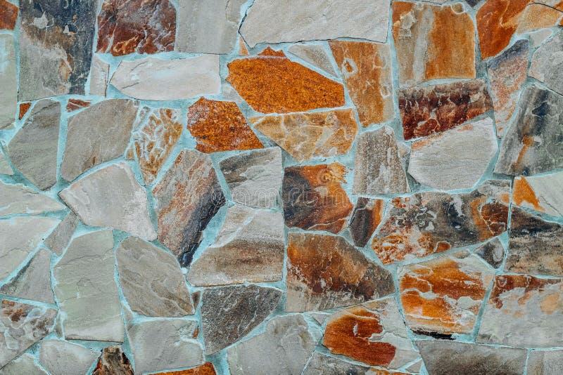 Vägg av naturliga stora granitstenar royaltyfria bilder