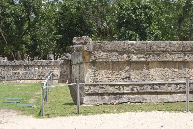Vägg av skallar tzompantli i Chichen Itza, Mexico arkivfoto
