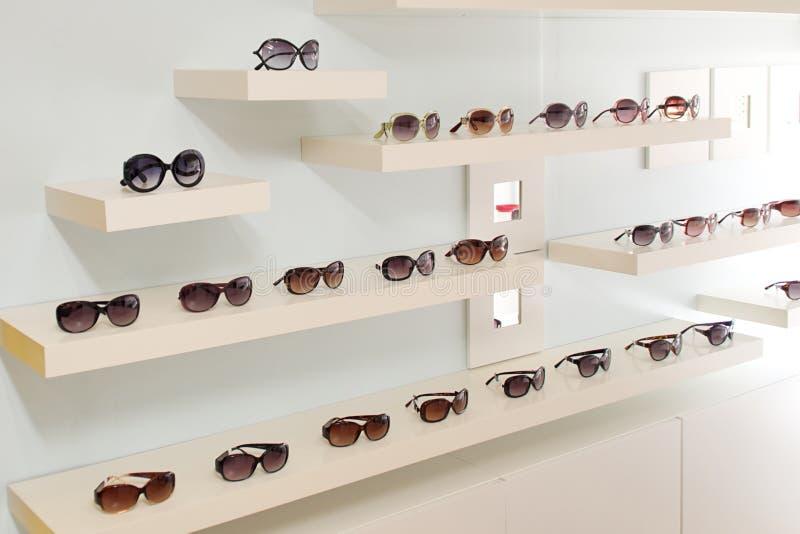 Vägg av solglasögon arkivbild