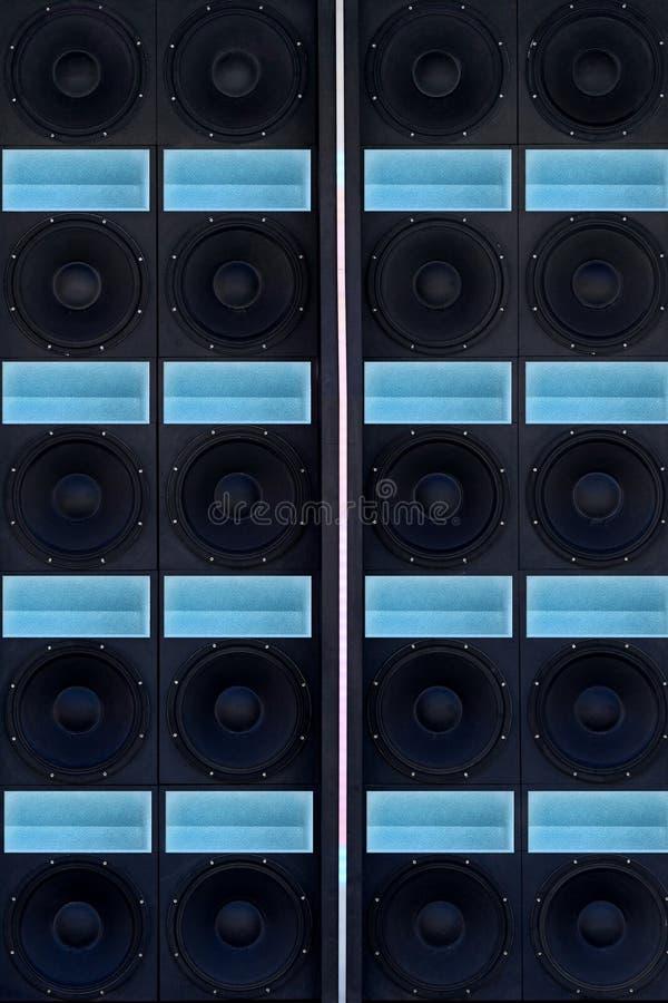 Vägg av solida högtalare med neonmellanlägg royaltyfri bild