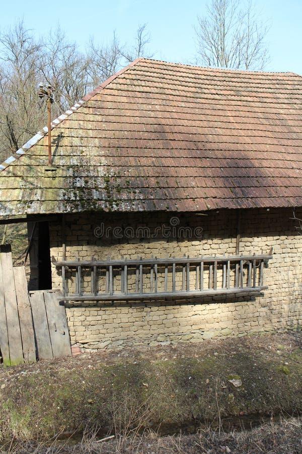 Vägg av stallet med stegen i Skotska högländerna nära Myjava royaltyfria foton