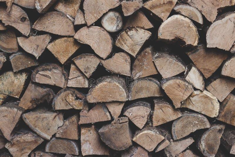 Vägg av staplade träjournaler som bakgrund arkivbild