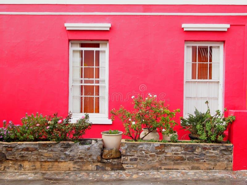 vägg balkong till fönster Ljust färgar royaltyfri bild