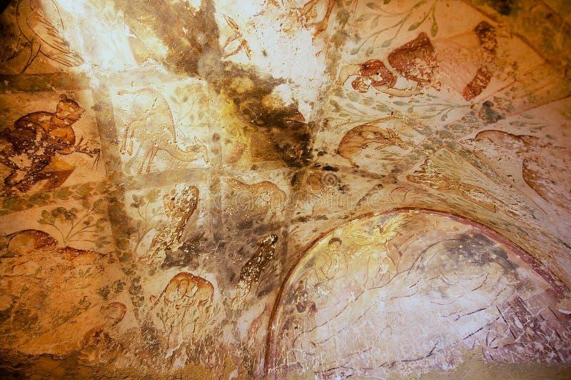 Vägg- ecoration för väggdandtak på en forntida Umayyad ökenslott av Qasr Amra i Zarqa, Jordanien royaltyfri bild