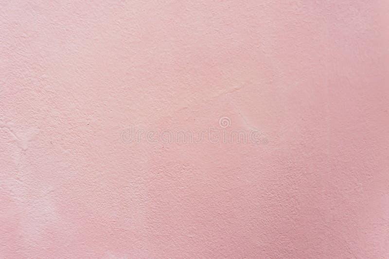 Vägg för bakgrund för tappningrosa färgcement royaltyfria bilder
