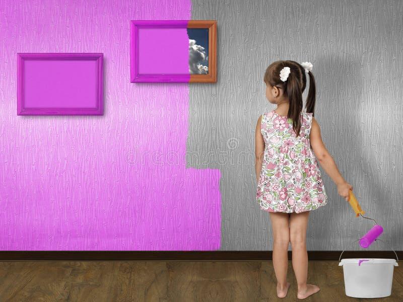 vägg för flickalitllemålning arkivbilder