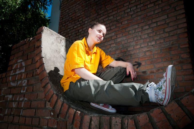 vägg för flygtur för tegelstenflickahöft röd tonårs- fotografering för bildbyråer