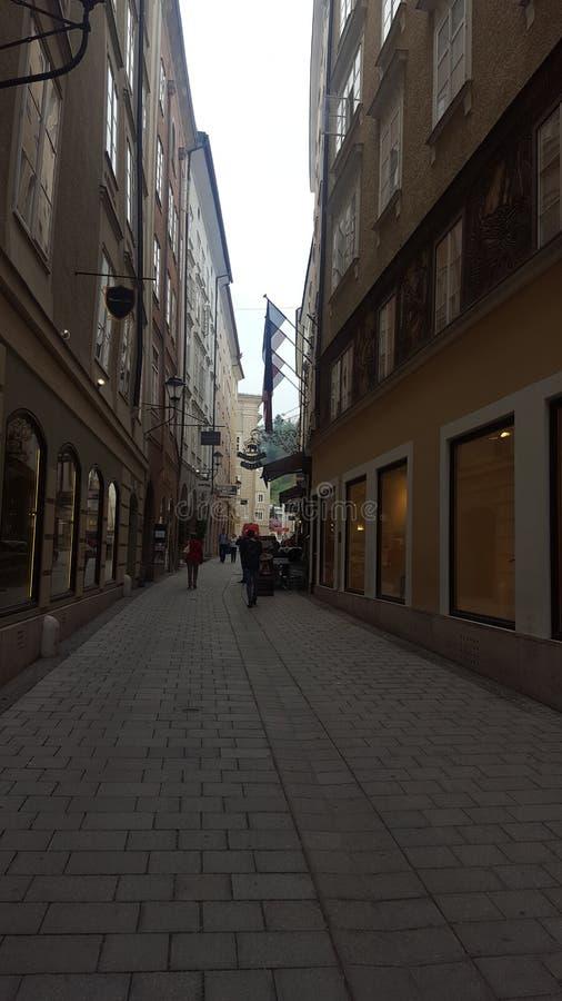vägg för gator för tegelstenstadsflicka royaltyfria foton