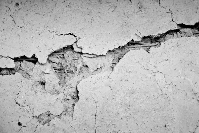 Vägg för Grungebetongcement med sprickan i industribyggnad fotografering för bildbyråer