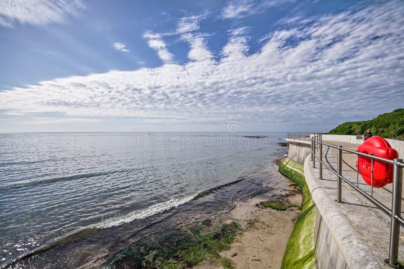 Vägg för havsförsvar på Lyme Regis royaltyfria bilder