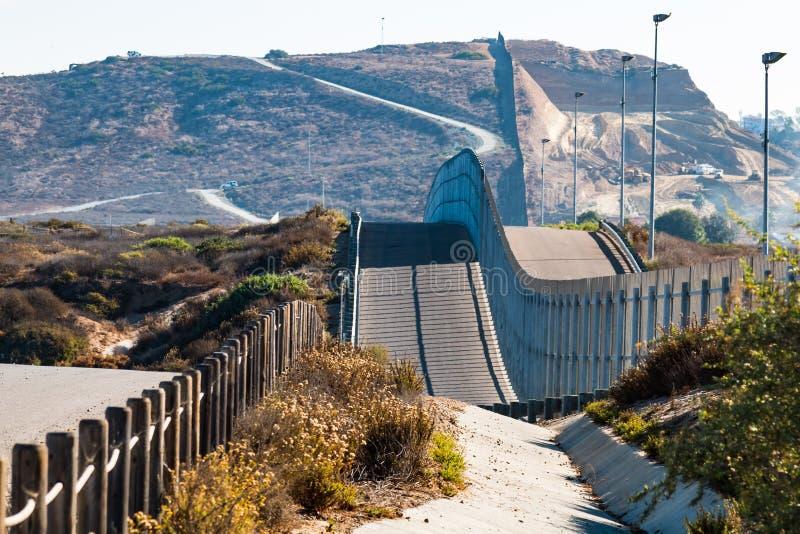 Vägg för internationell gräns mellan San Diego, Kalifornien och Tijuana, Mexico royaltyfri fotografi