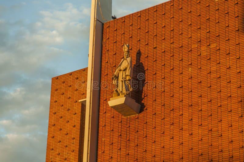 Vägg för Jesus Christ staty framtill av en kyrka Påsk royaltyfria bilder